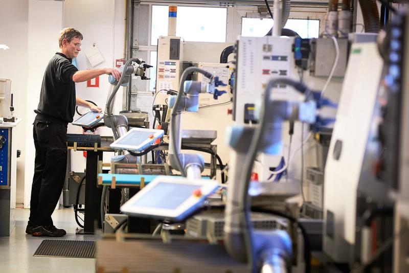 På Trelleborg Sealing Solutions i Helsingör jobbar de nya robotarna alldeles intill människor av kött och blod. Operatören Steen Larsen kan sköta uppemot åtta robotar som jobbar med CNC-maskiner, där tätningsringarna svarvas. Foto: STEFAN LINDBLOM