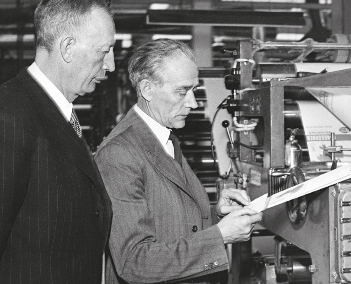 I verkstaden 1951. Direktör Ruben Rausing övervakar arbetet över axeln på överfaktor Nils Andersson.Foto: TT NYHETSBYRÅN
