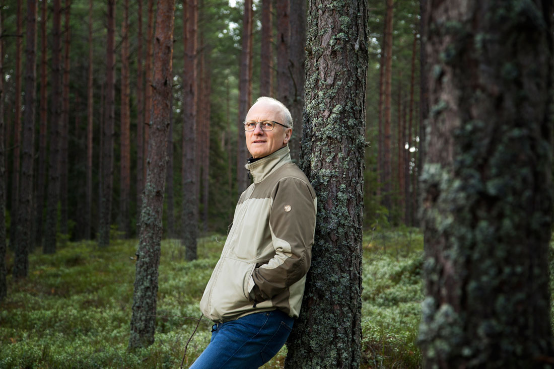 Naturen, och framför allt fåglar, har alltid varit ett stort intresse för Stefan Nygren. När utmattningen tog över hans hjärna blev skogen en plats för att samla kraft. Foto: Maria Grandelius Lindor