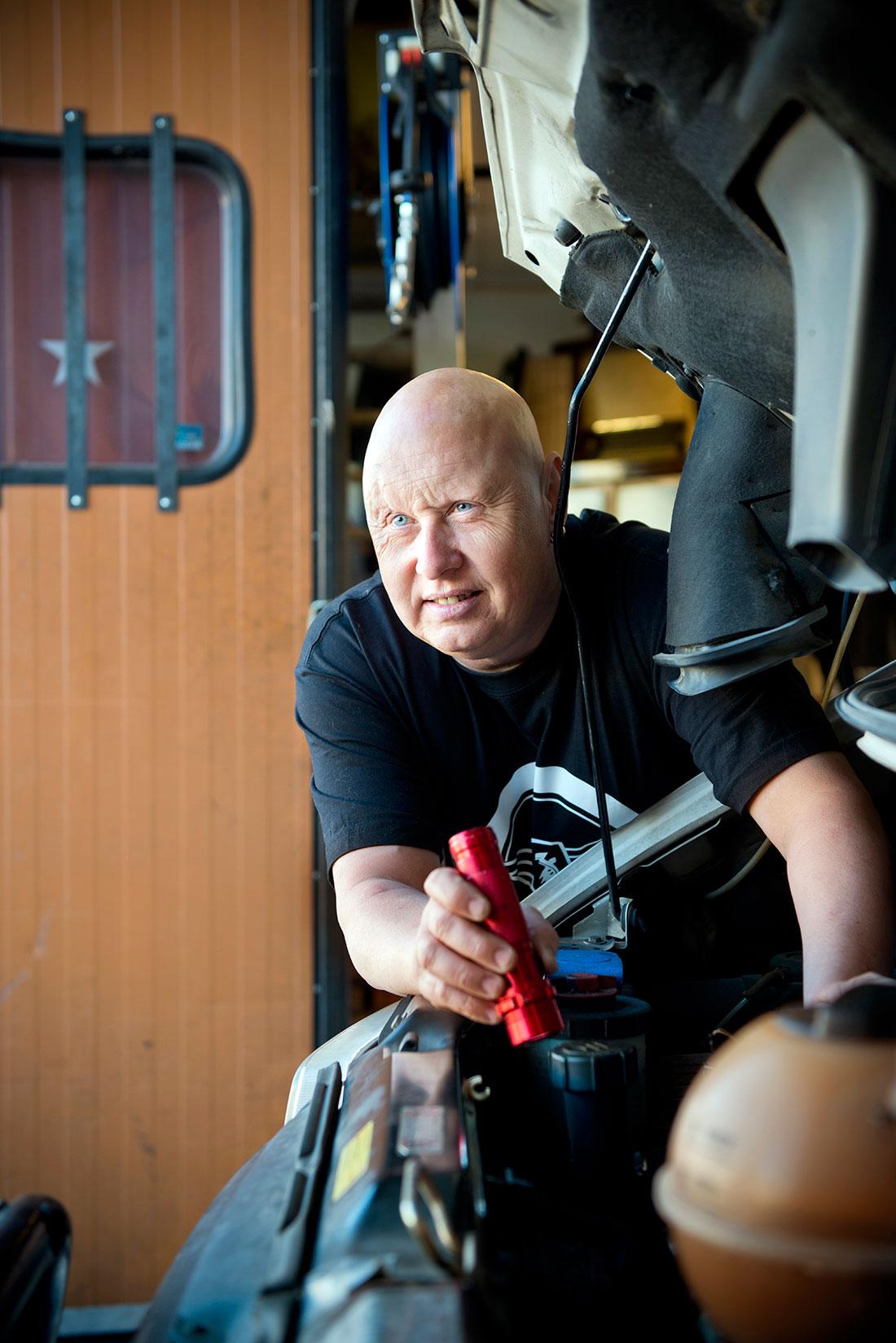 """Örjan Kullh fann vägen tillbaka via Stjernans bilverkstad i Örebro. Han är i dag """"attitydambassadör"""" för organisationen Hjärnkoll, som bland annat utbildar skyddsombud om psykosocial arbetsmiljö. Foto: Ulla-Carin Ekblom"""