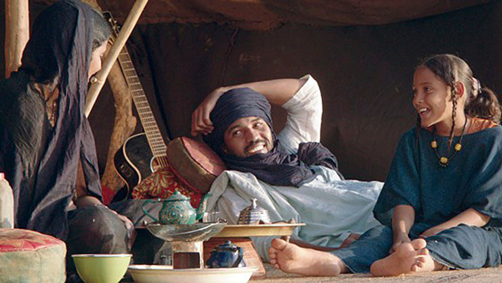 Kidane lever ett herdeliv i öknen och bor i tält med sin fru Satima och dotter Toya utanför staden som islamisterna tagit över i Mali. Kidanes gitarr är ett av många hot mot extremisternas kulturkonservativa mörkläggning. Filmen Timbuktu nominerades till en Oscar för årets bästa icke-engelskspråkiga film.