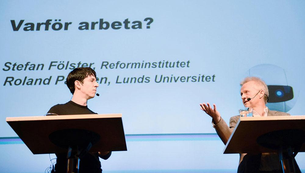 Roland Paulsen och Stefan Fölster diskuterade på Stora Robotdagen. Foto: Sanna Källdén