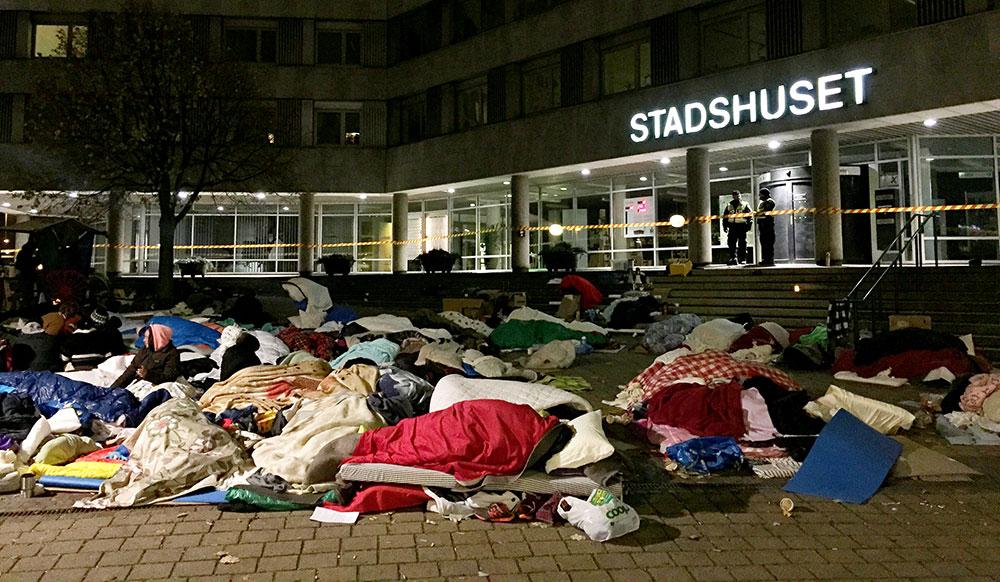 EU-migranter sover utanför Stadshuset i Malmö, för att protestera mot avhysningen på Industrigatan. Foto: TT