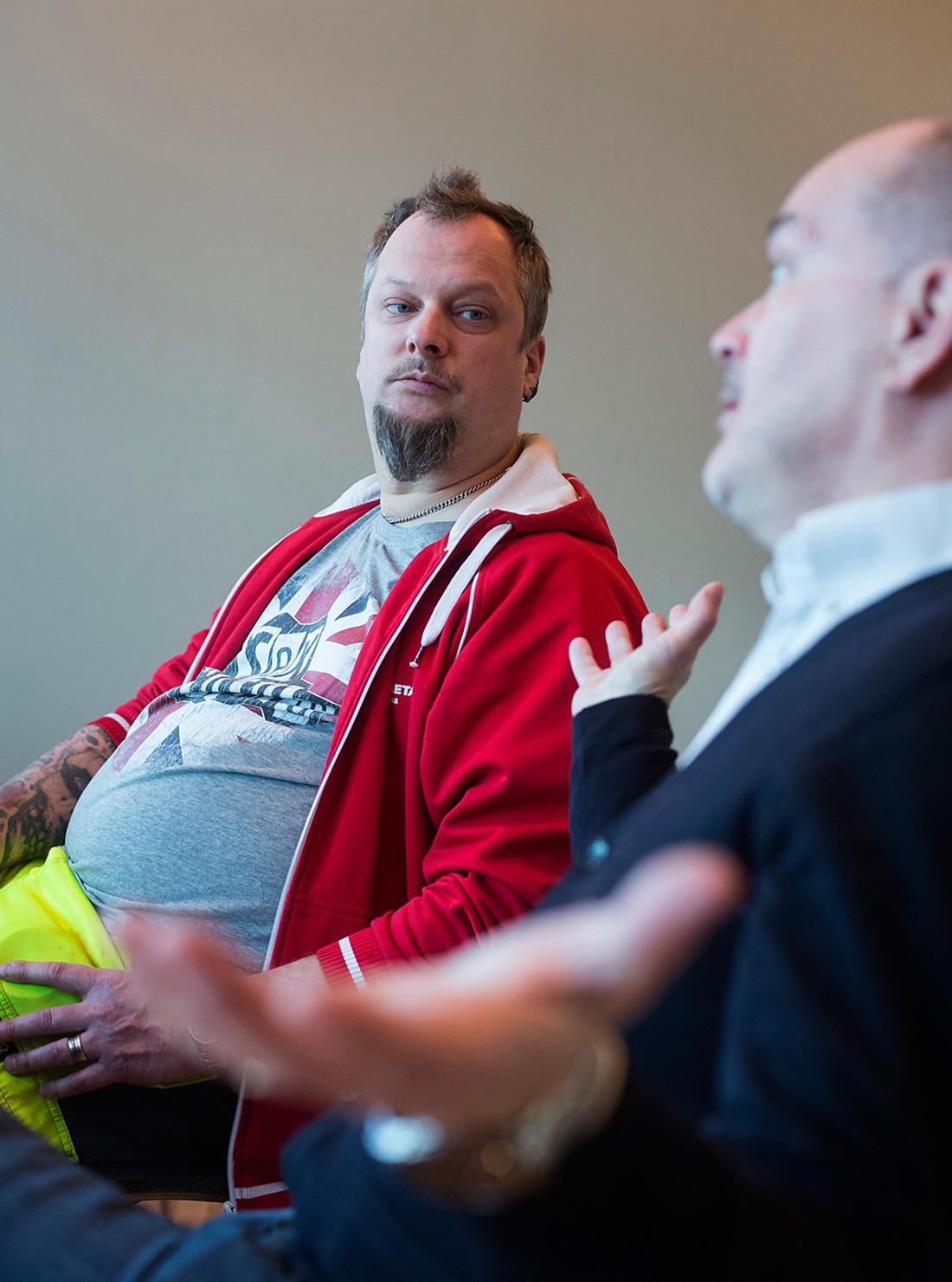 Germund Åcerclinth besöker cirka 75 företag om året i sin roll som skyddsombud. Här samtalar han med chefen Åke Högnelid på SSAB i Borlänge. Foto: Henrik Hansson