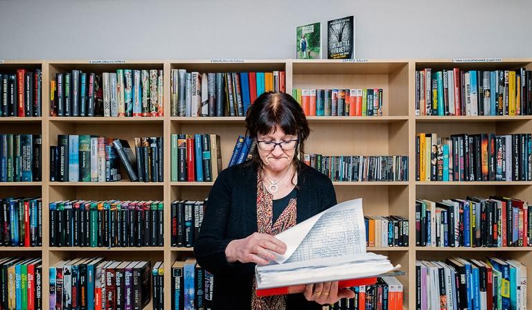 Carina Johansson granskar utlåningen. Foto: David Lundmark