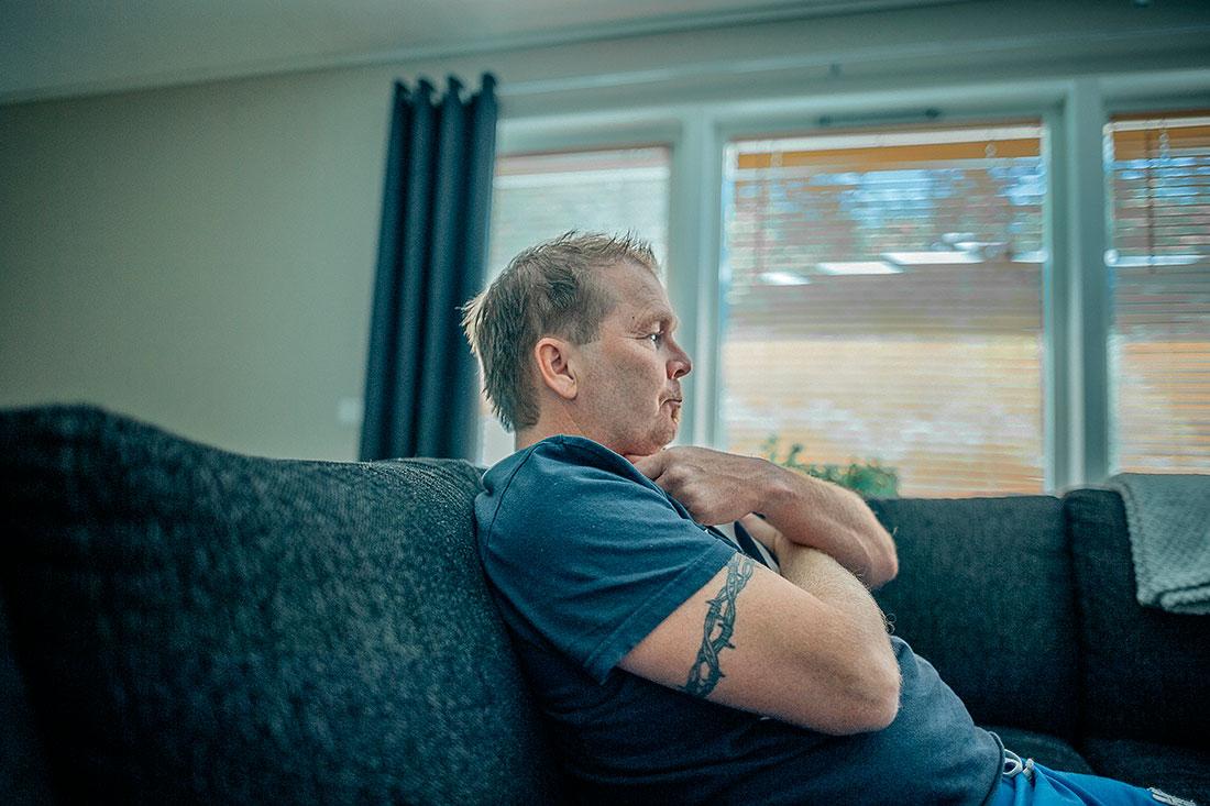Claes Grimberg har suttit många timmar i soffan framför tv:n. Han drömmer om att komma ut på golfbanan igen. Foto: David Lundmark.