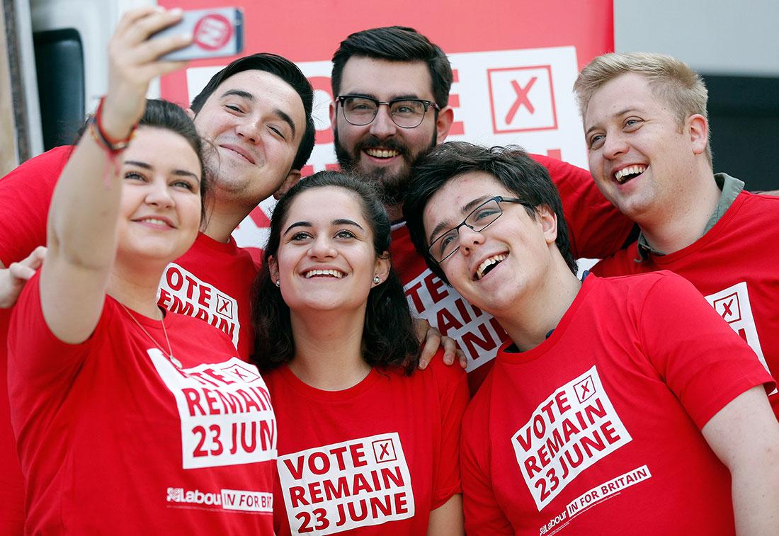 Remain-aktivister tar en selfie före Labourledaren Jeremy Corbyns tal i kampanjen för att Storbritanien ska stanna kvar i EU. Foto: TT