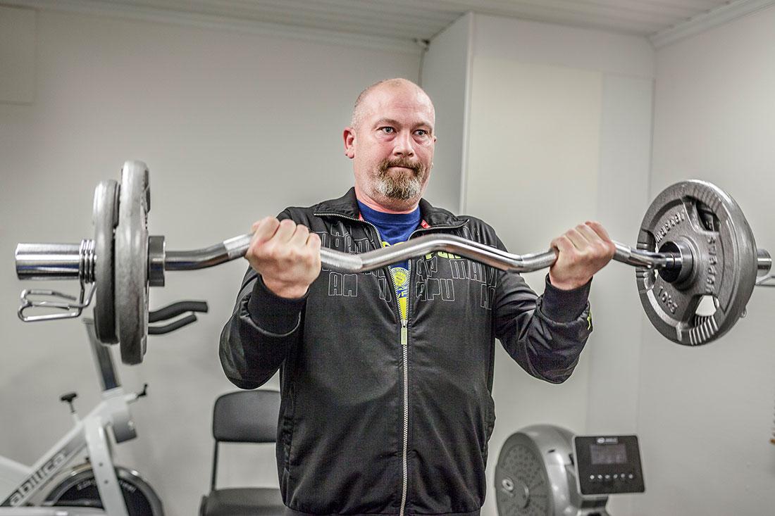 Klubbordförande Tomas Göransson kör ett passi jobbets nya gym. Foto: Sara Kroon