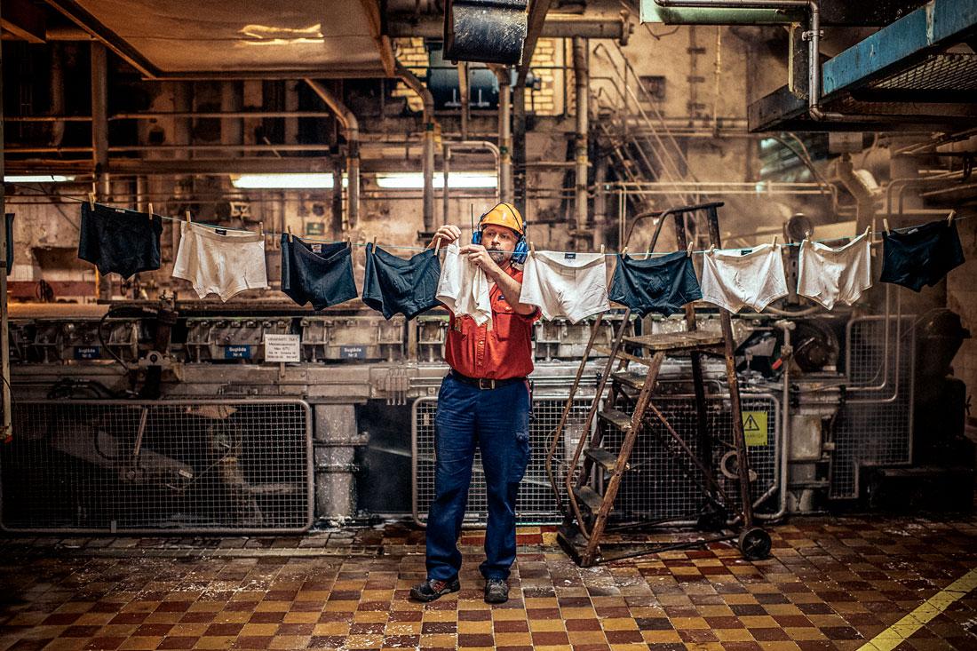 Ulf Hermansson är torkmaskinsförare på bruket i Domsjö. Bakom honom en bred ränna där rå, ångande dissolvingmassa med 98 procents vattenhalt rinner in. Foto: David Lundmark