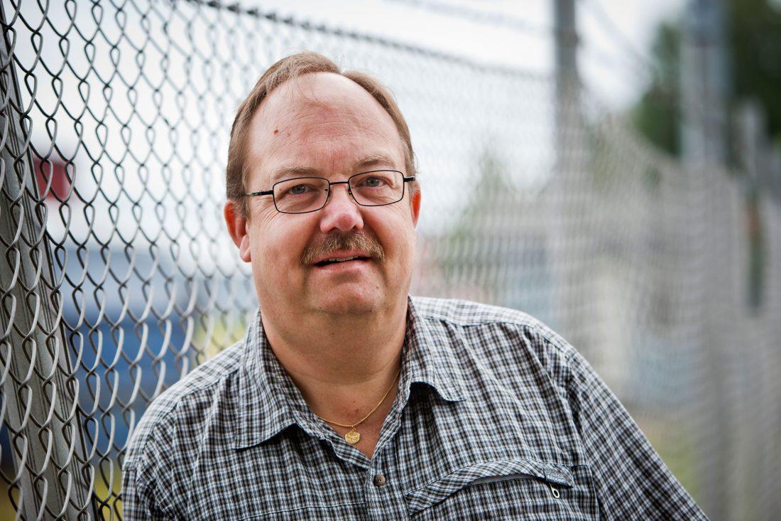 """Thomas Rehn är bokbindaren och offsettryckaren som blev lokalombudsman på IF Metall. Han bekymras över sitt hemlän. Befolkningen minskar och arbetslösheten är hög trots att företagen behöver folk. """"Vi måste vända det här och vi måste göra det själva."""""""