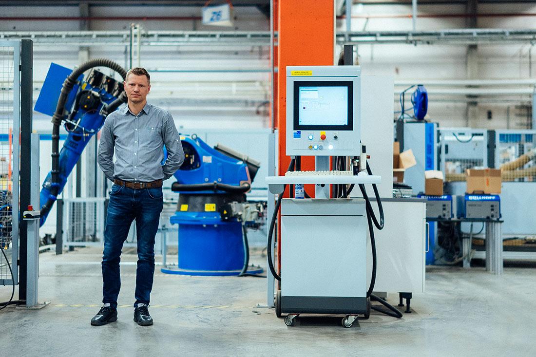 Även chefer gör provet. För teknikchefen Johan Gustafsson kändes det naturligt, han jobbar redan med maskiner. Foto: David Lundmark.