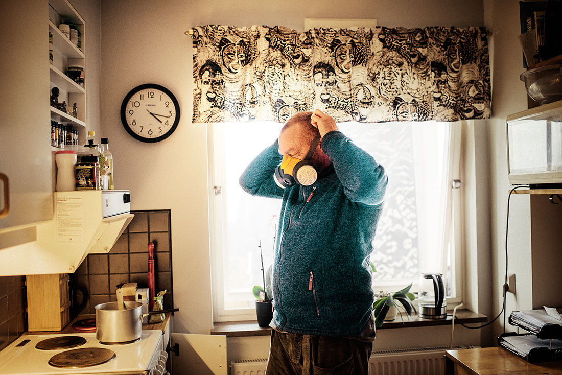 Björn Petersson, 41, slogs ut från arbetslivet. I dag tvingas han laga mat med andningsmask. Foto: David Lundmark.