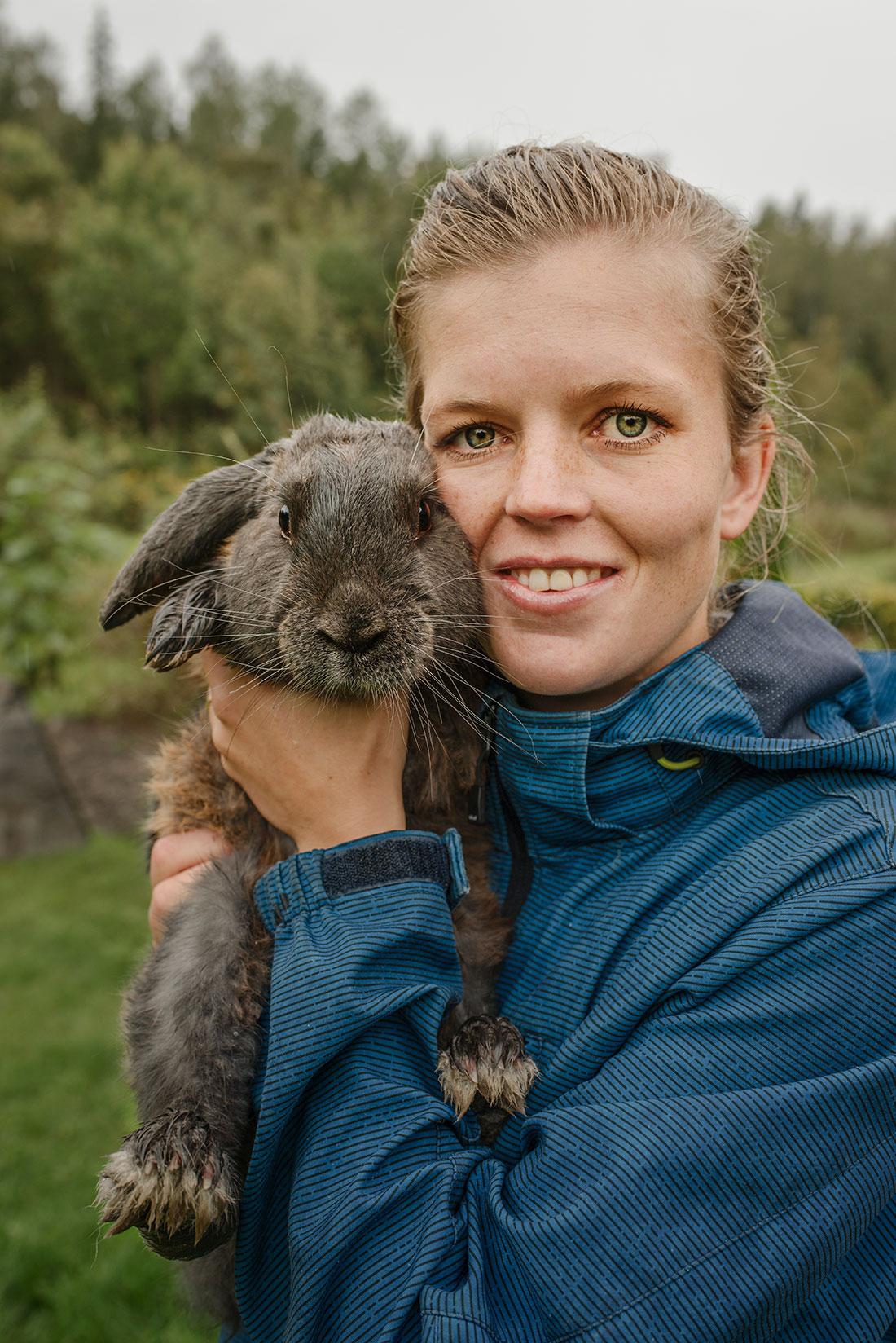 Kaninen Apco är döpt efter en flygskärm, ett annat av Melinas fritidsintressen. Han är Champion i alla grenar och har därför titeln Grand Champion i sitt namn. Foto: Madeleine Andersson.