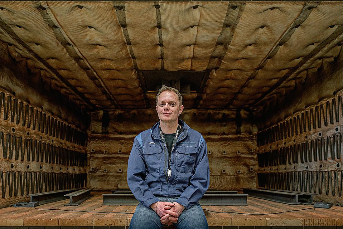 """""""När bakterier dör bildas det en form av gas som personalen andas in"""", säger Thomas Andersson på Siemens i Finspång som gjort arbetsplatsbesök i andra länder där forskarna kommit längre. Foto: David Lundmark."""