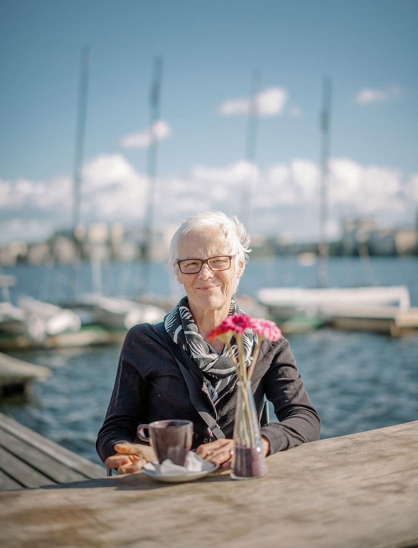 """""""Möten med vänner och arbetskamrater betyder mycket för mig, kanske mer än tidigare"""", säger sjukskrivna Jeanette Herulf. Foto: David Lundmark."""