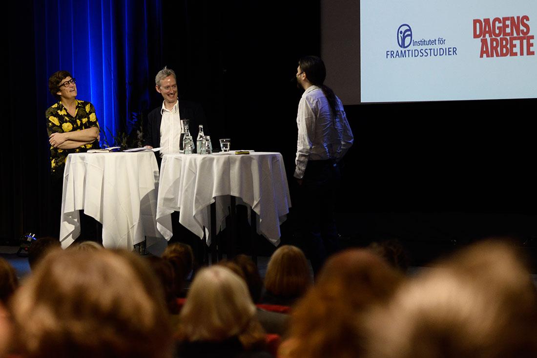 """""""Vi hoppas att vi denna dag ska få lära oss mer om migration på vetenskaplig grund."""" Gustaf Arrhenius, vd för Institutet för framtidsstudier (mitten). Foto: Madeleine Andersson."""