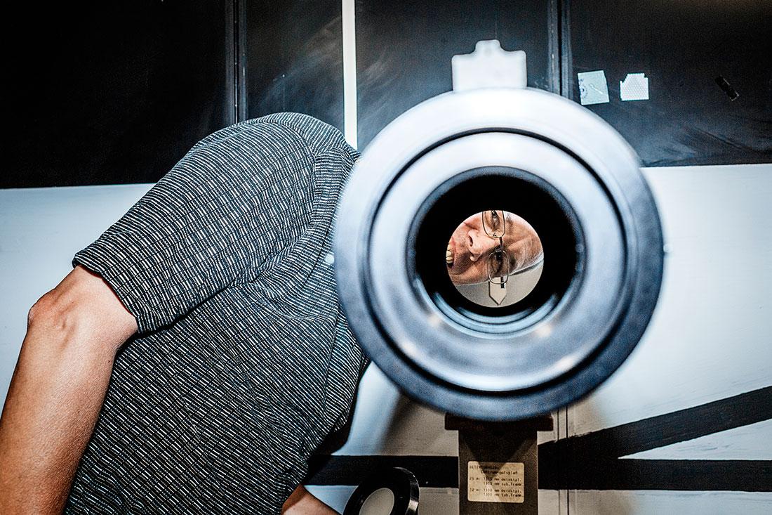 """Mikael Lindgren, forskare och Dagens Arbetes ciceron, kalibrerar ljusmätare av olika slag. Bland annat är han expert på fordonsbelysning. """"Det finns krav på oberoende provning av allt som har med fordon att göra. Det räcker inte med att tillverkarna själva påstår att något är bra"""", säger han. Foto: David Lundmark"""