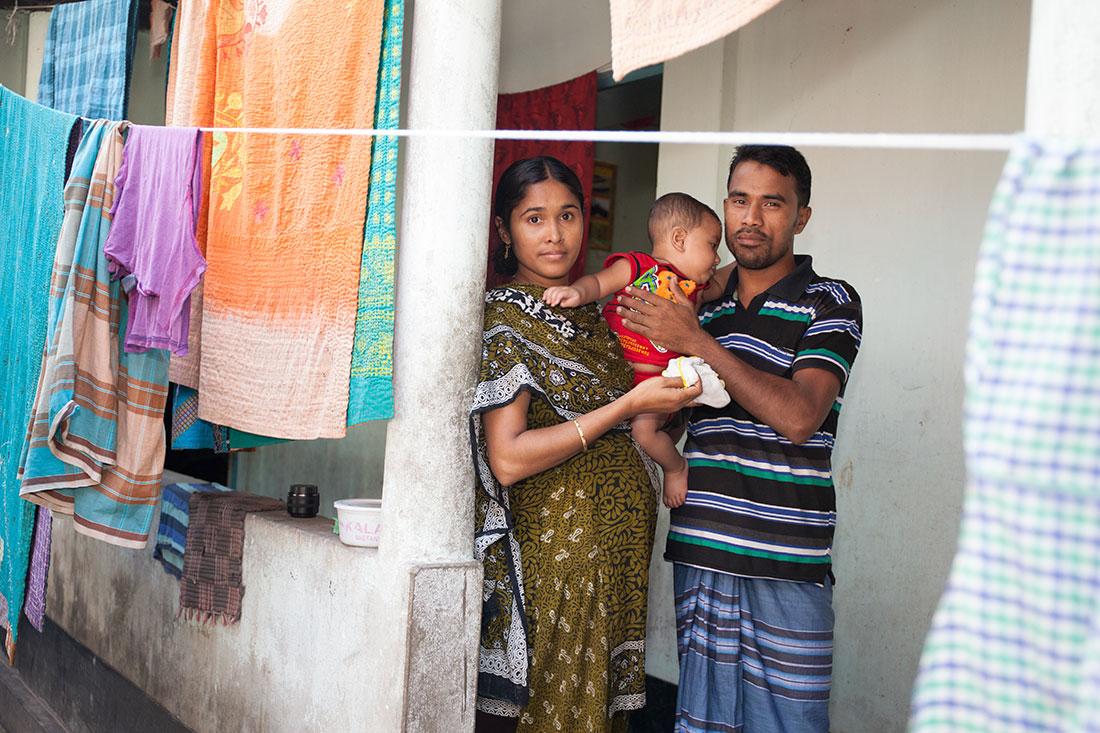 Irin Aktar och Ohidul Islam arbetade på katastroffabriken Rana Plaza i Bangladesh. En åttavångsbyggnad som störtade samman och dödade över tusen textilarbetare. I boken Modeslavar berättar de sin historia. Foto: Tobias Andersson Åkerblom