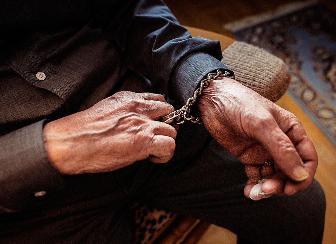 """Under sina 45 år som polis använde Thure Emot aldrig sitt tjänstevapen. Däremot kom ett speciellt handfängsel som virades runt ena handleden till användning. """"Jag försökte alltid resonera och tala folk till rätta. Men nog har det blivit många slagsmål genom åren."""" Foto: David Lundmark."""