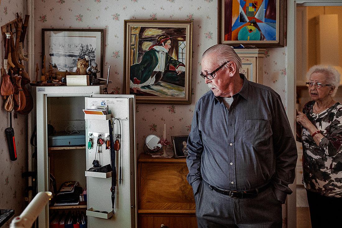 Thure Emot flyttade efter pensionen till Umeå. I många år åkte han tillbaks till Tornedalen för att jaga älg på höstarna. Inte längre. Men vapenskåpet står kvar hemma i lägenheten. Foto: David Lundmark.