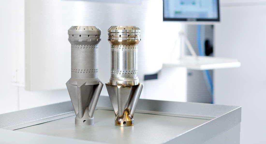 visar en 3D-printad brännarfront (tv) bredvid en traditionell brännarfronten.Brännarna sitter jämt fördelade runt brännkammaren i gasturbinen där komprimerad luft blandas med bränsle. Genom 3D-printning kan man tillverka hela brännarfronten i ett enda stycke istället för som tidigare i 13 delar som svetsas samman. Med 3D-printing kan man även enkelt modifiera konstruktionen vilket gör det möjligt att elda större mängder av till exempel vätgas – en gas som inte avger koldioxid. Vid 3D-printning går det åt upp till hälften så mycket energi och en tredjedel material jämfört med traditionell tillverkning.