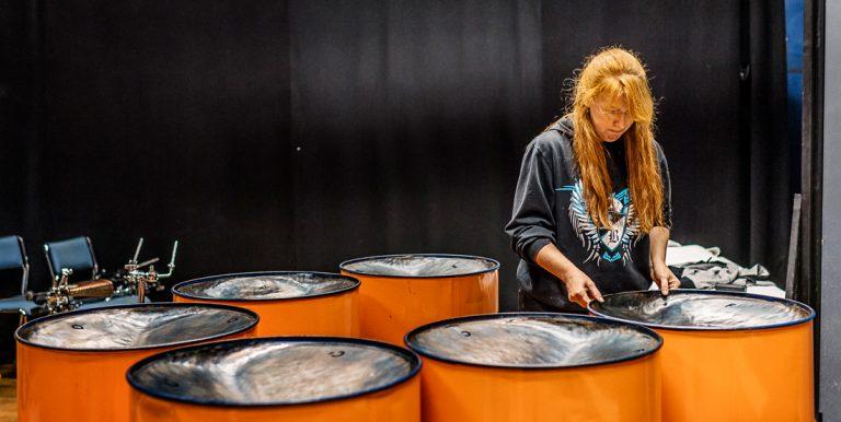 """""""Jag var såld direkt"""" Carol Dahlberg ställer sina steelpans i rätt ordning inför en repetition med Panoply Steelband. Efter att en provapåkväll är hon helt såld på instrumentet och den västindiska musiken. Foto: David Lundmark"""