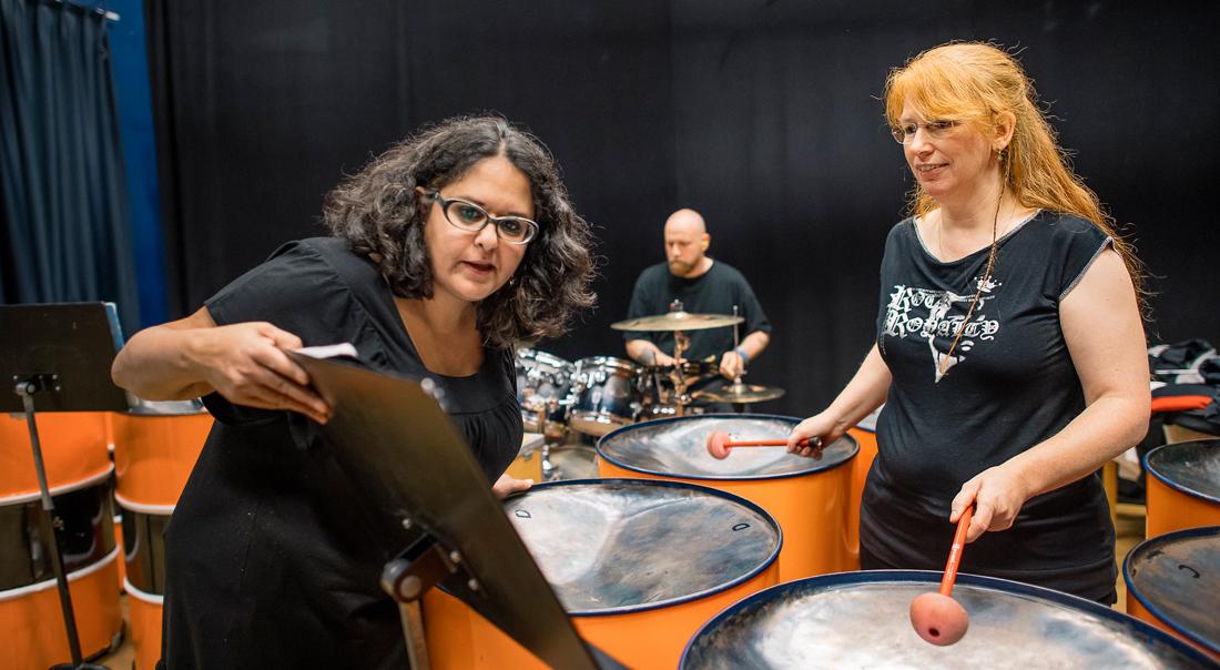 """Carol Dahlberg svingar sina klubbor mot noterna i metallen. """"Jag lär mig inte noterna, utan en koreografi. Det är som en dans. När jag väl får in det kör jag bara på rörelserna"""". Foto: David Lundmark"""