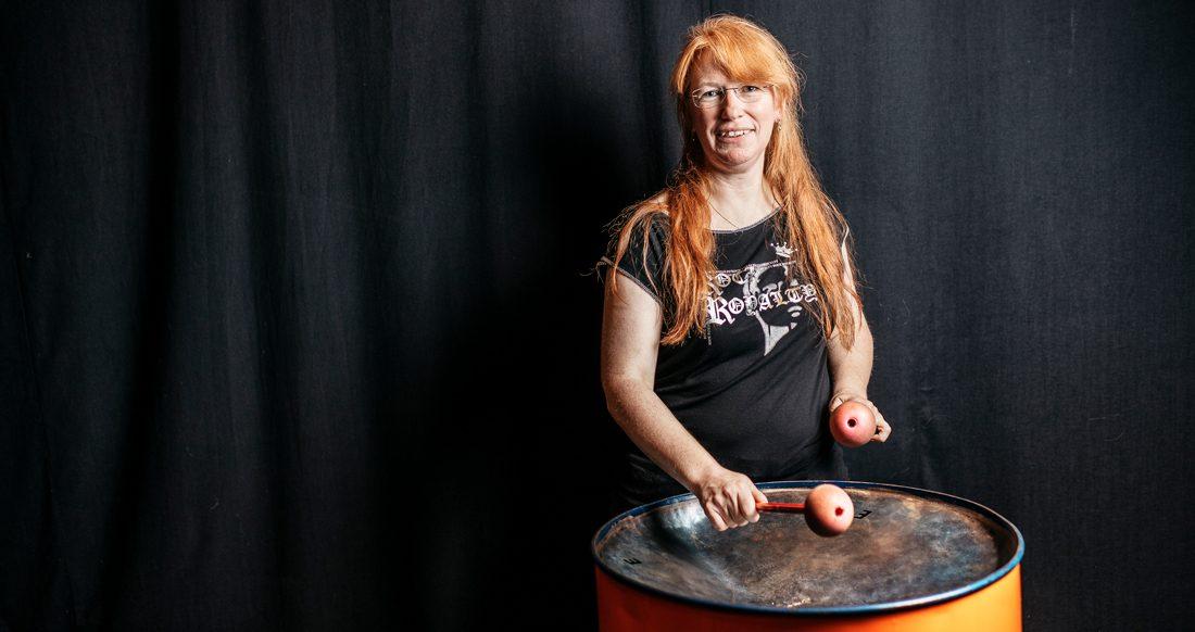 """""""Jag kommer alltid att spela. Nånting. Så länge jag kan röra läpparna eller använda armar och fingrar"""", säger Carol Dahlberg som på sin fritid spelar tre musikinstrument. Foto: David Lundmark"""