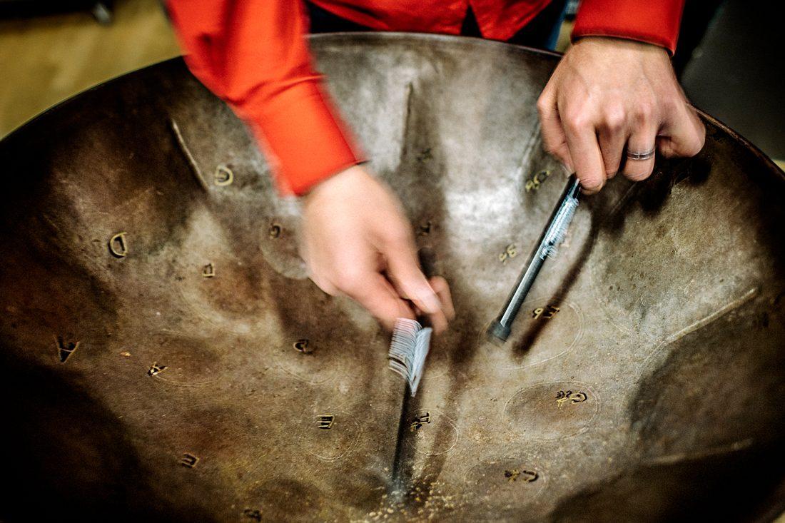 De linjerade markeringarna i trumman är noggrant tillverkade skarvar mellan de olika tonerna. Foto: David Lundmark