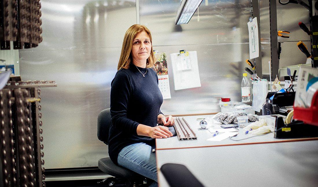 Amira Smajic vill bli robotoperatör, men anses inte vara tillräckligt kvalificerad. Trots femton år på företaget. Foto: David Lundmark