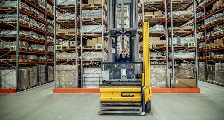 """Paul Hansen har arbetat på olika lager i över 20 år. Han trivs på Förlagssystem: """"Det flyter på ganska bra, inga problem."""" Foto: David Lundmark"""
