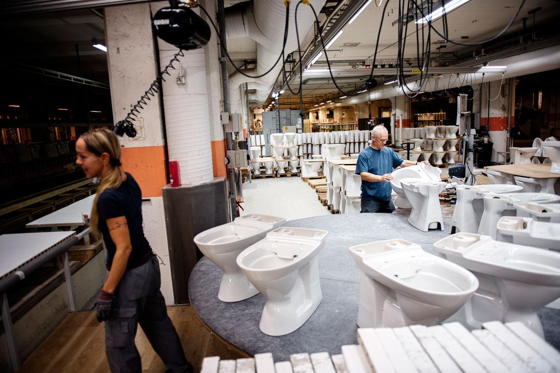 Charlotte Nyström och Björn Andersson kollar att toalettstolarna på Ifö Sanitär i Bromölla inte har några kvalitetsfel. Foto: David Lundmark