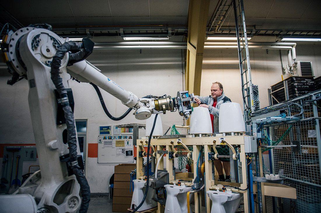 Tidigare var Johan Karlssons arbetsuppgifter rena hantverket. I dag servar han de robotar som monterar toalettstolarna. Nu ska ännu fler robotar in i produktionen när Ifö Sanitär bygger ut. Foto: David Lundmark
