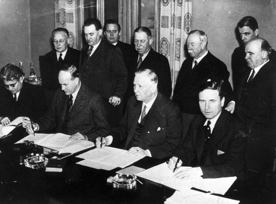 1938 Efter hot om lagstiftning kom fack och arbetsgivare överens om hur lönerna skulle bestämmas – utan inblandning av staten. Saltsjöbadsavtalet var startskottet för hur man förhandlar löner i Sverige i dag. Foto: Pressens Bild/TT Nyhetsbyrån