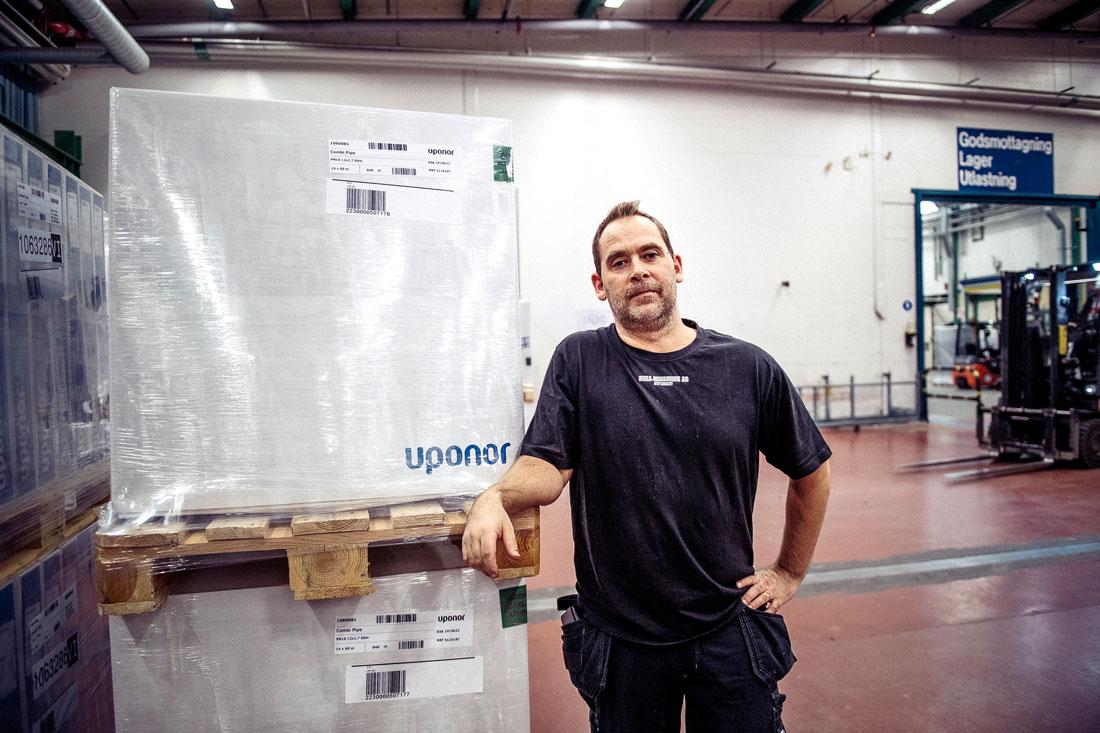 """På andra sidan väggen finns framtiden. Kalle Henriksson har varit där och testat de nya maskinerna på Uponor. """"Förändring kan vara spännande"""", säger han. Foto: David Lundmark"""