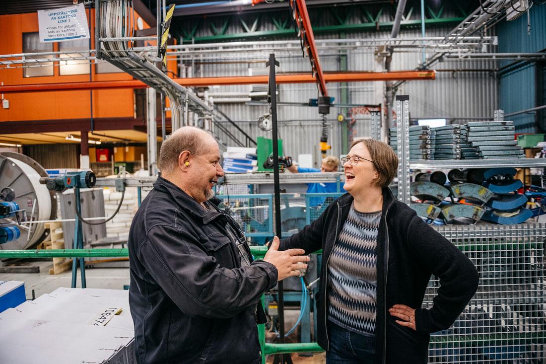 IF Metallklubbens ordförande Joakim Göransson och platschefen Katharina Kölking på Uponor i Virbo tror att den svenska modellen, med dialog mellan fack och företag, lockar investerare. Foto: David Lundmark