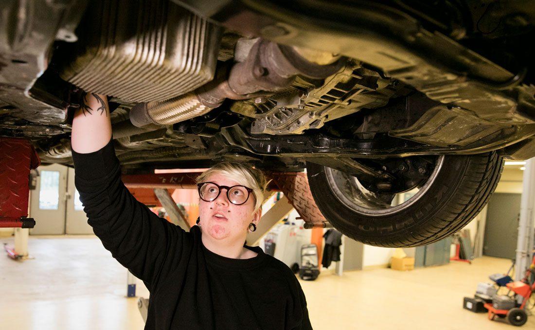 """Charlie Lindström:""""Jag sökte utbildningen för att jag ville ha jobb och för att bilar var ett intresse. Man måste visa hur kul det är, och att det är ett yrke för alla, även kvinnor, fast det är så mansdominerat."""" Foto: Per Groth"""