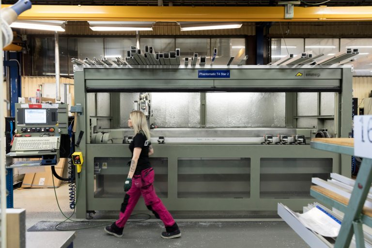 Sara Elvelin hör till de anställda som valt färgglada arbetsbyxor. Foto: Tomas Bergman