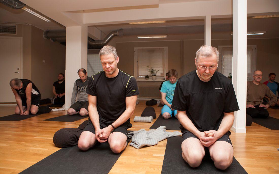 Riktigt bra. Så tycker Peter Danielsson och Börje Holmblad om yoga, som de testar för första gången under en träff i Falun. Foto: Karin Thoring