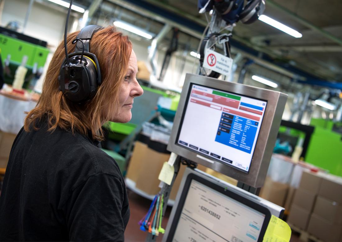 """Smidigare flöde. Med nya digitala system har operatörerna fått bättre information och ökat inflytande. Terminalen visar i vilken ordning en order ska göras. """"När en order börjar bli klar kan jag i lugn och ro börja planera nästa"""", säger Anneli Johansson. Foto: Anna Sigge"""