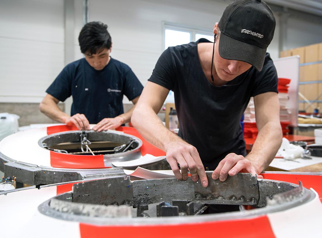 Generationsväxling underlättar digitaliseringen. Johan Andersson, till höger, har jobbat på företaget i ett år, medan Ali Ibrahimi från Vårgårdas Teknikcollege gör sin praktiktermin. Foto: Anna Sigge