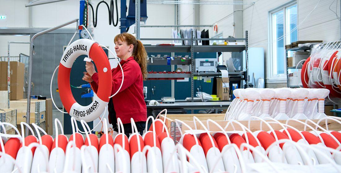 """""""Förr skickades papper hit och dit, då hade få överblick. Nu är det annat; med digitaliseringen har operatörerna full koll på hela produktionen"""", säger Eja Jysky, operatör på Fristad Plast. Foto: Anna Sigge"""
