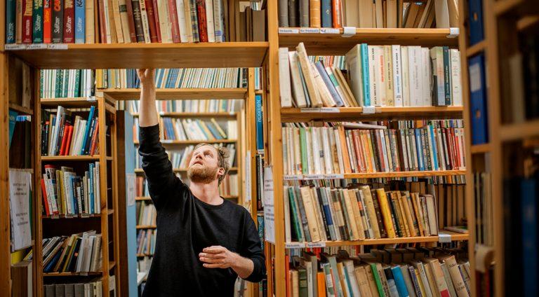 Jonas Löfvenberg på antikvariatet Alfa i Stockholm. Har du inte ett bra antikvariat där du bor är det enkelt att köpa begagnade böcker på nätet via till exempel antikvariat.net. Foto: David Lundmark