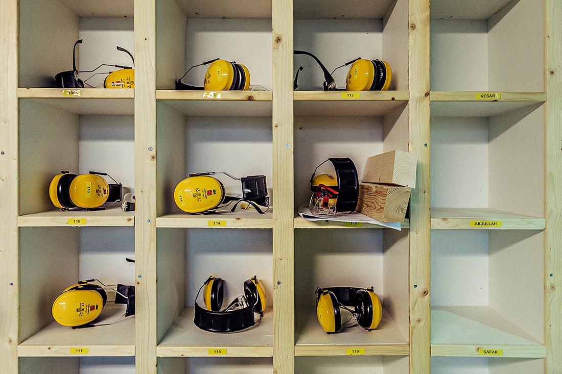 Ordning på utrustningen. De flesta har gått hem för dagen från utbildningen i Eksjö. Foto: David Lundmark