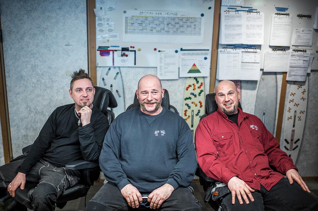 Mikael Grimvinge, Mats Olsson och Daniel Ettorsson övervakar tillverkningen av specialkemikalierna TMP och Neo. Foto: David Lundmark