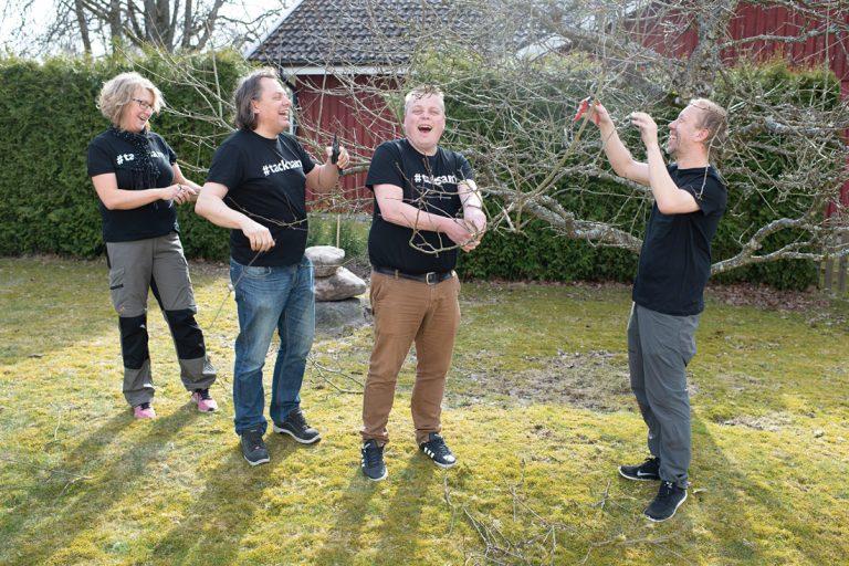 Anette Ottosson, Roger Persson, Joachim Fors och Pierre Kronvall ger allt i trädgården. Foto: David Lundmark
