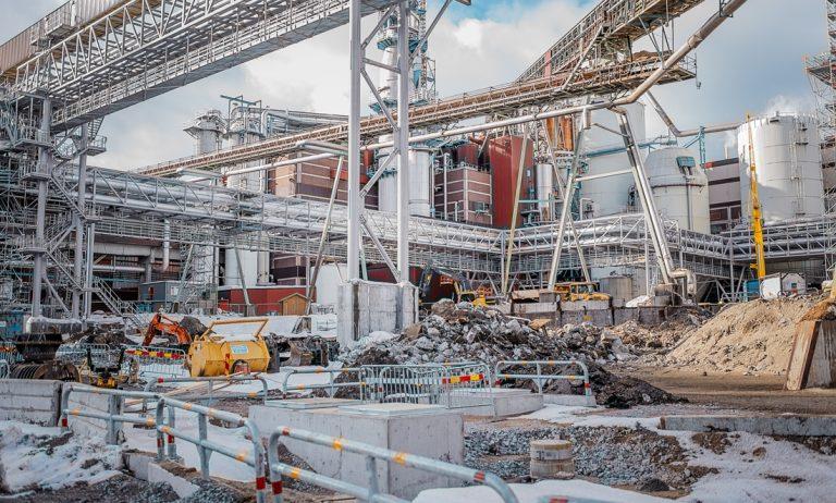 Byggarbetsplats. Östrand har satsat nästan 8 miljarder på den nya fabriken. Snart kör man igång. Foto: David Lundmark