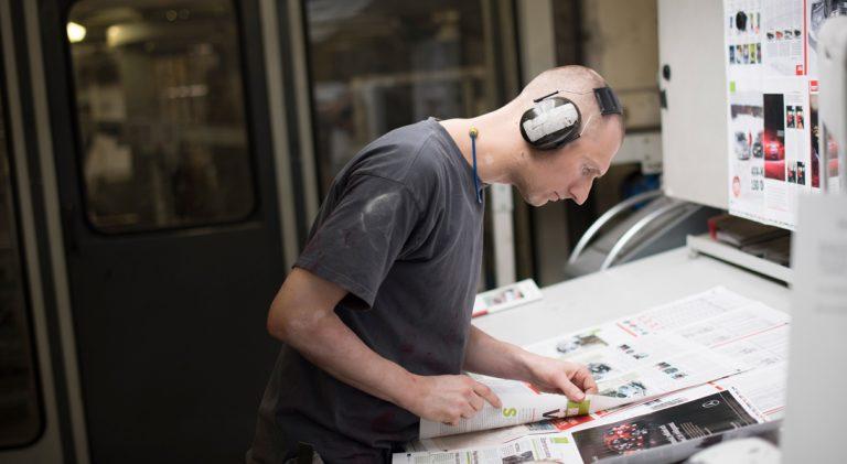 Robert Berkovic var en av 75 grafiker som fick behålla jobbet när Sörmlands Grafiska räddades efter konkursen. Foto: David Lundmark