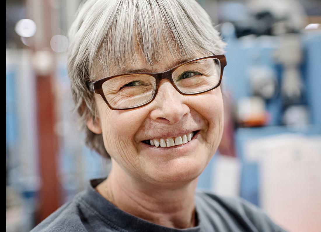 """Marie Eriksson har jobbat hela yrkeslivet på tryckeriet, och vågar nu tro på att hon blir kvar ända till pensionen om åtta år. """"De har fått fart på det. Det blir mer och mer jobb."""" Foto: David Lundmark"""