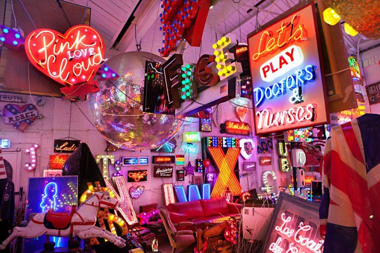 Välkommen in till neonmuseet. Foto: Linn Bergbrant